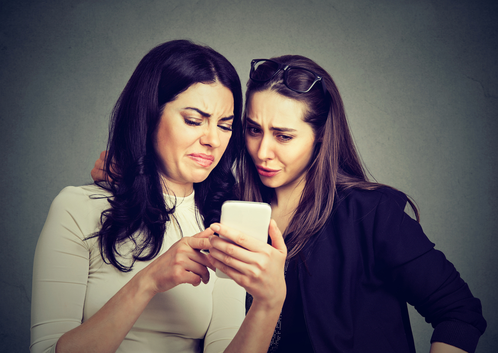 two potential customers reading negative reviews